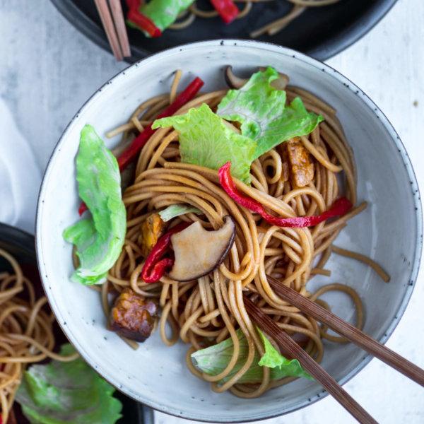 Noedels met sla uit de wok