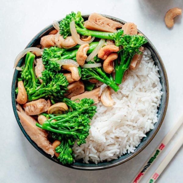 Snelle vegan kip-cashew uit de wok