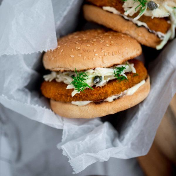 Vegan 'visburgers' met coleslaw